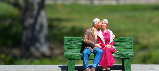 ベンチに夫婦で座る人形